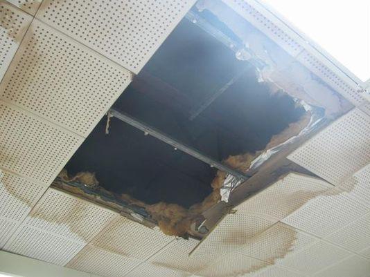 Foto de techo deteriorado en una preparatoria pública de Pontiac, Michigan. En 2016 los votantes aprobaron una propuesta que permitirá al distrito arreglar sus viejos edificios. Foto: USA TODAY.