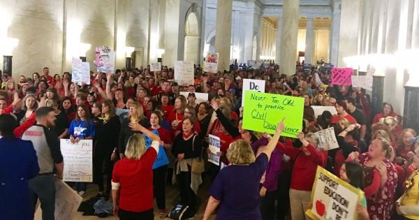 Los maestros protestanron en el Capitolio Estatal de Virginia Occidental cuando la cámara alta de la legislatura se negaba a presentar un aumento salarial para una votación. Foto: Scott Heins / Bloomberg.