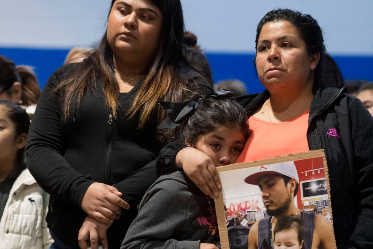 Familia de inmigrante arrestado mira con tgristeza como se llevan a su familiar los agentes de ICE en Tennessee. Foto: www.theintercept.com.