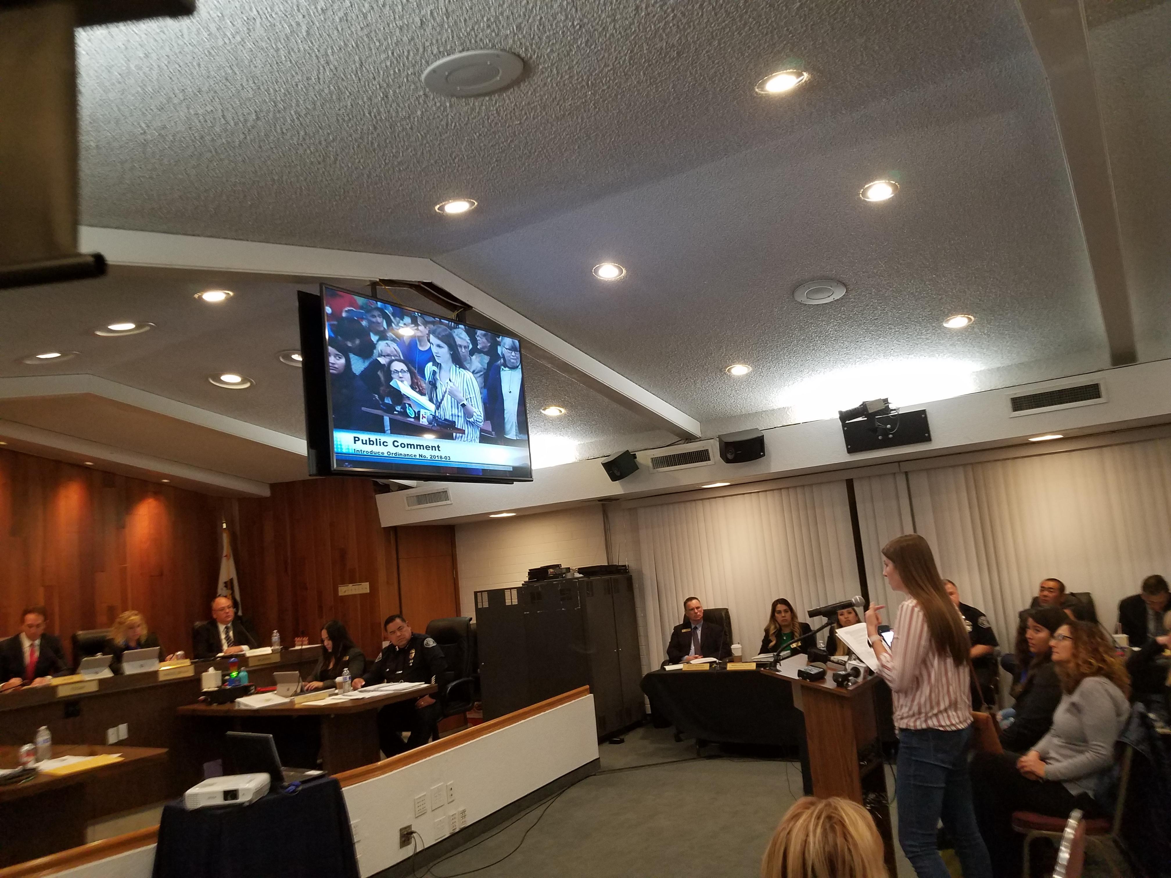 Estudiante nacida en Los Alamitos, desafía a los concejales.