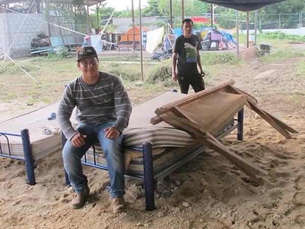 Francisco Vásquez, de 32 años, descansa en el albergue para migrantes en Ixtepec, Oaxaca. Vásquez esperaba cruzar la frontera a los Estados Unidos como un inmigrante indocumentado para ahorrar suficiente dinero para construir una casa en El Salvador, pero regresó a su hogar después de que su hermano, Marvin Villalobos, se cayó de un tren carguero en Sinaloa.