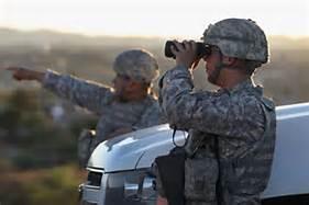Soldados de la Guardia Nacional observan el horizonte en la frontera con México. Foto: www.nymag.com.