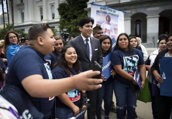 Cuando el Senado de California aprobó la extensión del Medical para los niños indocumentados. Al centro del grupo, el senador estatal demócrata de California, Kevin de León. Foto: www.sacbee.com.