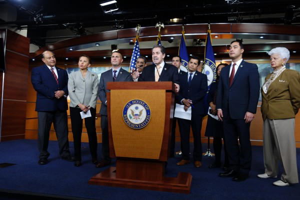 Al centro de los congresistas demócratas que se oponen a incluir la prengunta de la ciudadanía en el Censo 2020, el representante por un distrito de Nueva York, José Serrano.