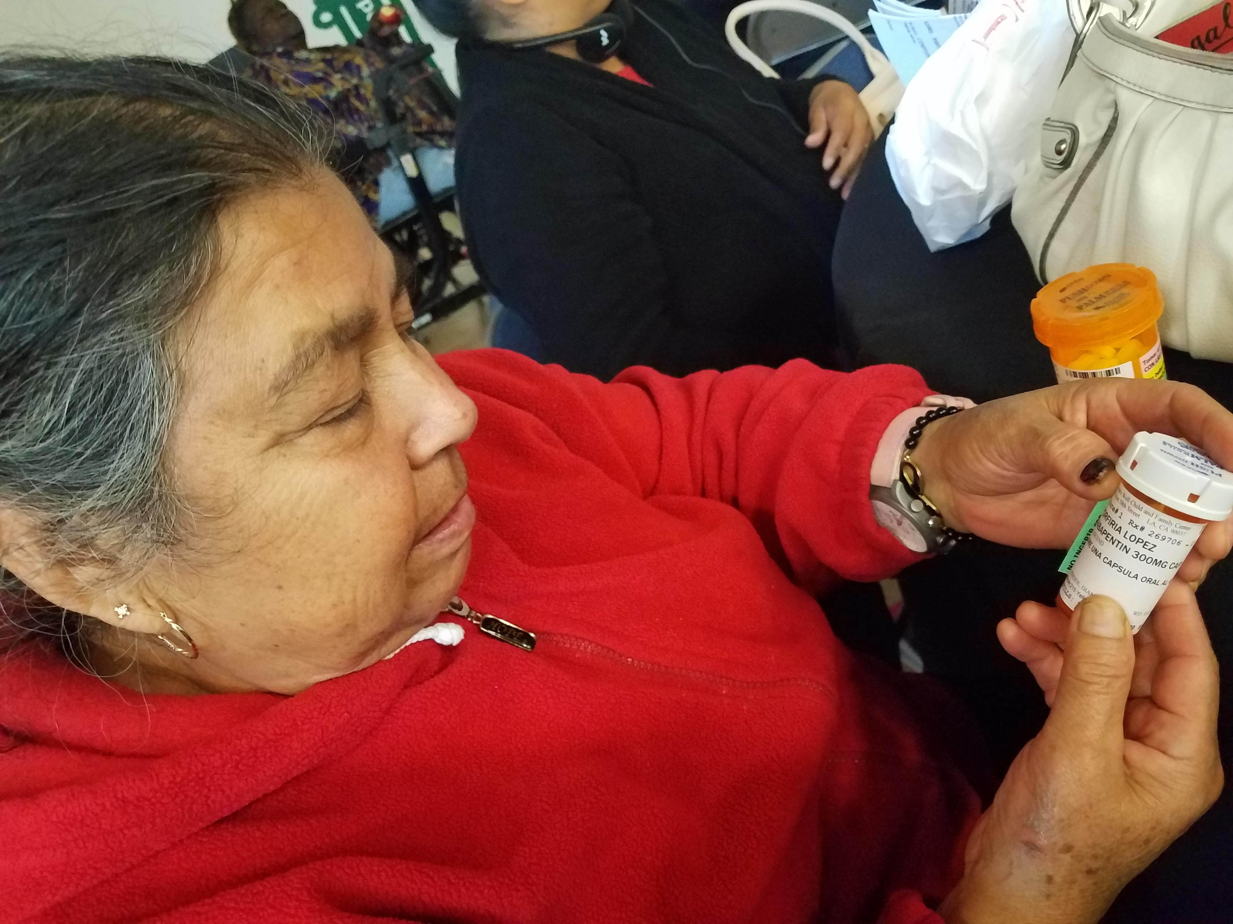 Porfiria López, beneficiaria de Obamacare, muestra las medicinas que se toma para sus 5 padecimientos.