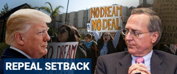 """El juez federal para el Distrito de Columbia, John D. Bates, quien aparece en la foto frente a Trump, fue designado por el expresidente Jorge W. Bush. Él dictaminó que la rescisión de DACA de Trump es """"ilegal, arbitraria y caprichosa"""". Foto: Inmigrantes legales para América."""