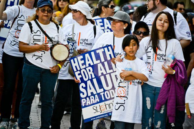Miembros de la comunidad inmigrante en Los Ángeles piden un programa de salud para todos. Foto: www.newsroom.ucla.edu.