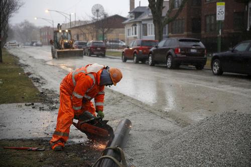 Trabajador municipal en labores de reemplazo de tubería del sistema de municipal de distribución de agua a las viviendas. Foto: www.chicagotribune.com.