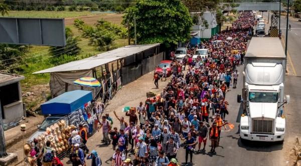De En México, los agentes de inmigración abandonaron sus puestos cuando mil 500 personas en una Caravana de Refugiados, principalmente de Honduras, cruzaron a México desde Guatemala el 25 de marzo, con la intención de solicitar asilo en Estados Unidos. Foto: www.spartareport.com