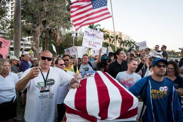 Miles de residentes de La Florida protestan contra la administración Trump. Foto: www.palmbeach.com.