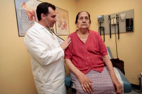 Inmigrante es atendida por un médico en California. Foto: www.nation.time.com.
