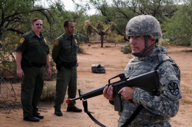 Soldado de la Guardia Nacional en ejercicio de apoyo a la Patrulla Fronteriza en la frontera sur. Foto: www.zerohedge.com.