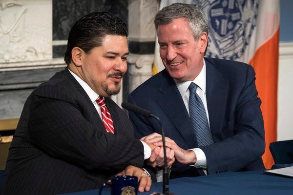 En una foto reciente de principios de mayo de 2018 el nuevo Canciller escolar de la ciudad de Nueva York estrecha la mano del alcalde, Bill de Blasio. Foto: The New York Times.