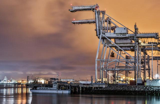 El Concejo Municipal de Oakland votó 7-0 para prohibir el almacenamiento y manejo de carbón en Oakland. Foto: Tony Webster.
