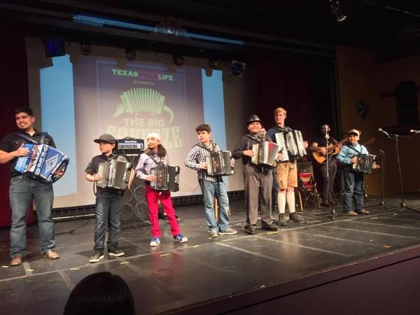 Niños y niñas aprenden con entusiasmo el acordeón en el Guadalupe Cultural Arts Center. Foto: cortesía del Centro cultural y Artístico Gudalupe.