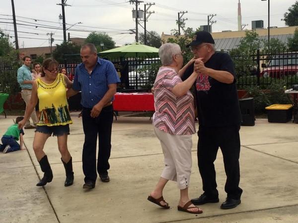 Todo mundo a divertirse en el Conjunto Tejano Festival de San Antonio, Texas.