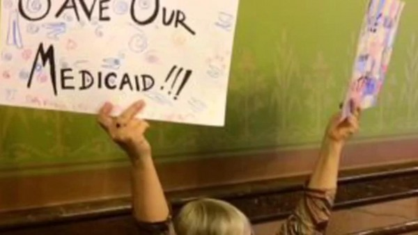 Iowa comenzó un proceso de transición de gestión de su programa de Medicaid a empresas privadas en 2014. En la foto, una mujer iowana pide salvar al programa de las administraciones privadas. Foto: Jason Clayworth / The Register