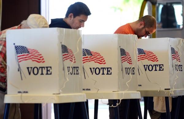 Votando en las urnas. Foto: www.scpr.com