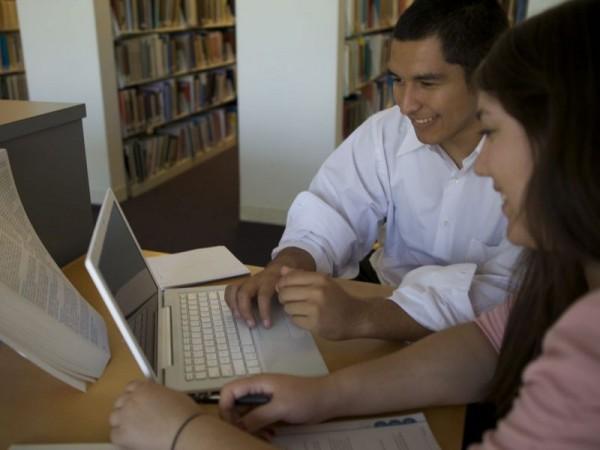 Latinos participan en un programa de la Universidad de Rutgers para preparar emprendedores de negocios. Foto: www.patch.org.