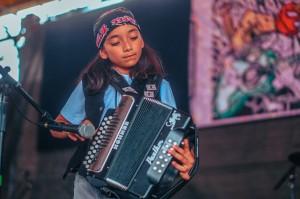 Tras haber dejado de ser aprendiz del acordeón, bajo la conducción del maestro Cecilio Garza, este joven se desvuelve con serenidad y talento en el escenario.