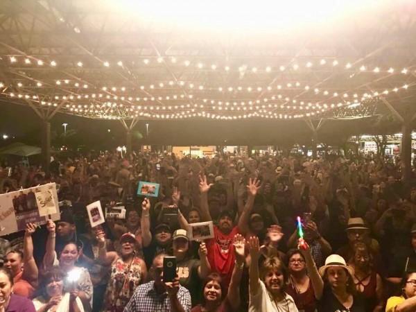 Celebrando en la fiesta de tres días del Festival de la música de conjunto Tejano.