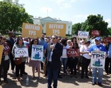 Gustavo Torres frente a la Casa Blanca habla sobre la terminación del TPS frente a simpatizantes de los inmigrantes afectados.