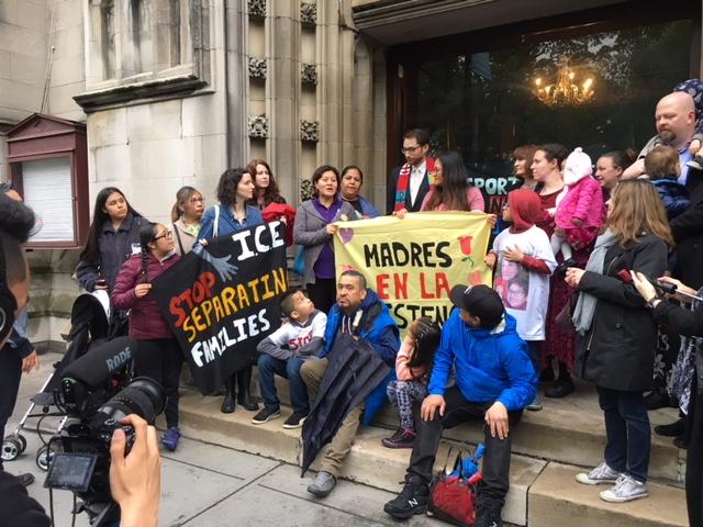 Inmigrantes que se congregaron el Día de las Madres en la Cuarta Iglesia Universalista de la ciudad de Nueva York, que ofrece santuario a inmigrantes indocumentadas. Foto: MVG.