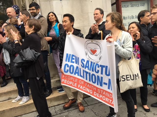A las afueras de la Cuarta Iglesia Universalista la comunidad solidaria apoya a las mujeres en santuario. Foto: MVG