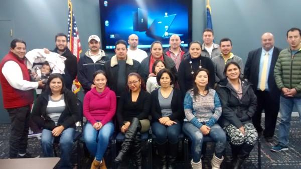 Empresarias latinas y sus familias tras cursar un taller de preparación e información para el diseño de sus negocios. Foto: www.goshen.edu.