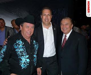 Gilberto Reyes (centro) flanqueado por Juan Villarreal Jr. (izq), y Paulino Bernal.