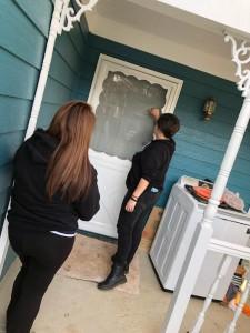 Karen Fragoso y Gina Pérez tocan puertas para promover el registro y el voto en las urnas.