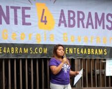 Karen Fragoso, hablando como parte del programa de la campaña Voto de Mayo