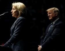 Betsy DeVos y Trump. Foto: http://www.powerpuffgirlscoloringpages.com.
