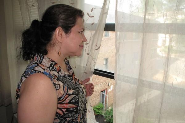Marnobia Juárez llegó a Estados Unidos desde Guatemala y vive en Maryland. Ella sueña con obtener su tarjeta de residencia, pero cada vez tiene más preocupaciones de que no sucederá bajo la política de Trump. Juárez fue diagnosticado con cáncer de mama en 2014 y recibe atención médica a través de un programa estatal de salud. (Foto: Paula Andalo / KHN)