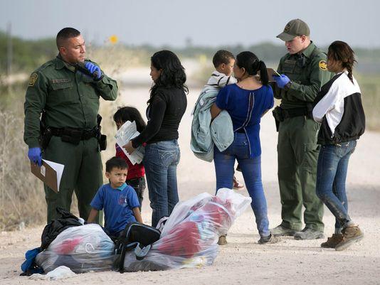 Familia inmigrante siendo registrada por agentes de la Patrulla Fronteriza tras ser detenidos y antes de ser separados. Foto: www.usatoday.com.