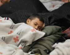 Niños inmigrantes centroamericanos duermen amontonados apenas cubiertos apenas con franelas provistas por la Cruz Roja, en instalaciones improvisadas para las que el personal local no está preparado, en el Valle de Río Grande, Texas. Foto: www.nbcnews.com.