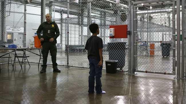 Un niño hondureño en un centro de detención de Texas en 2014. Foto de John Moore / Getty.