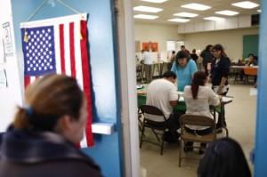 Votan en una casilla del área latina en el este de Los Ángeles, California, durante las elecciones. Foto: www.nbclatino.com.