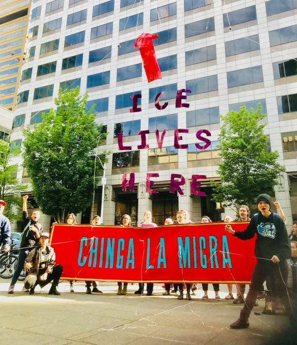 Protesta frente a un edificio en Seattle que alberga a varias agencias que perjudican a nuestra gente: ICE, sus abogados, las personas que realizan redadas, patrullan la frontera y todos sus jefes. Foto: NWDC Resistance / Facebook.