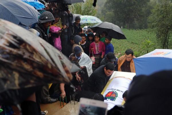 El ataúd de Claudia Patricia a punto de ser sepultado.