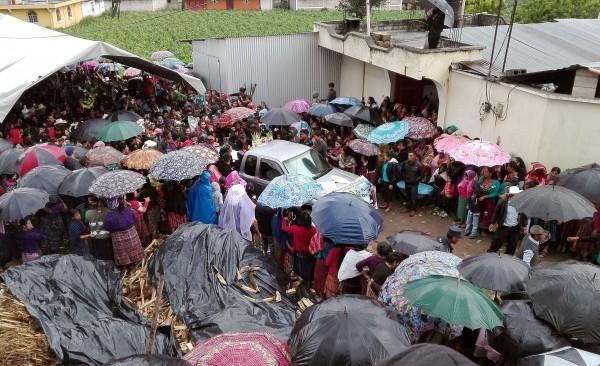 El pueblo se vuelca a despedir a Claudia Patricia a pesar de la lluvia.