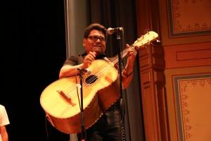 Miguel Govea es el maestro de la banda de jóvenes mexicanos y cenroamericanos de la escuela Lincoln. Foto: Sonia Narang/ACTA.