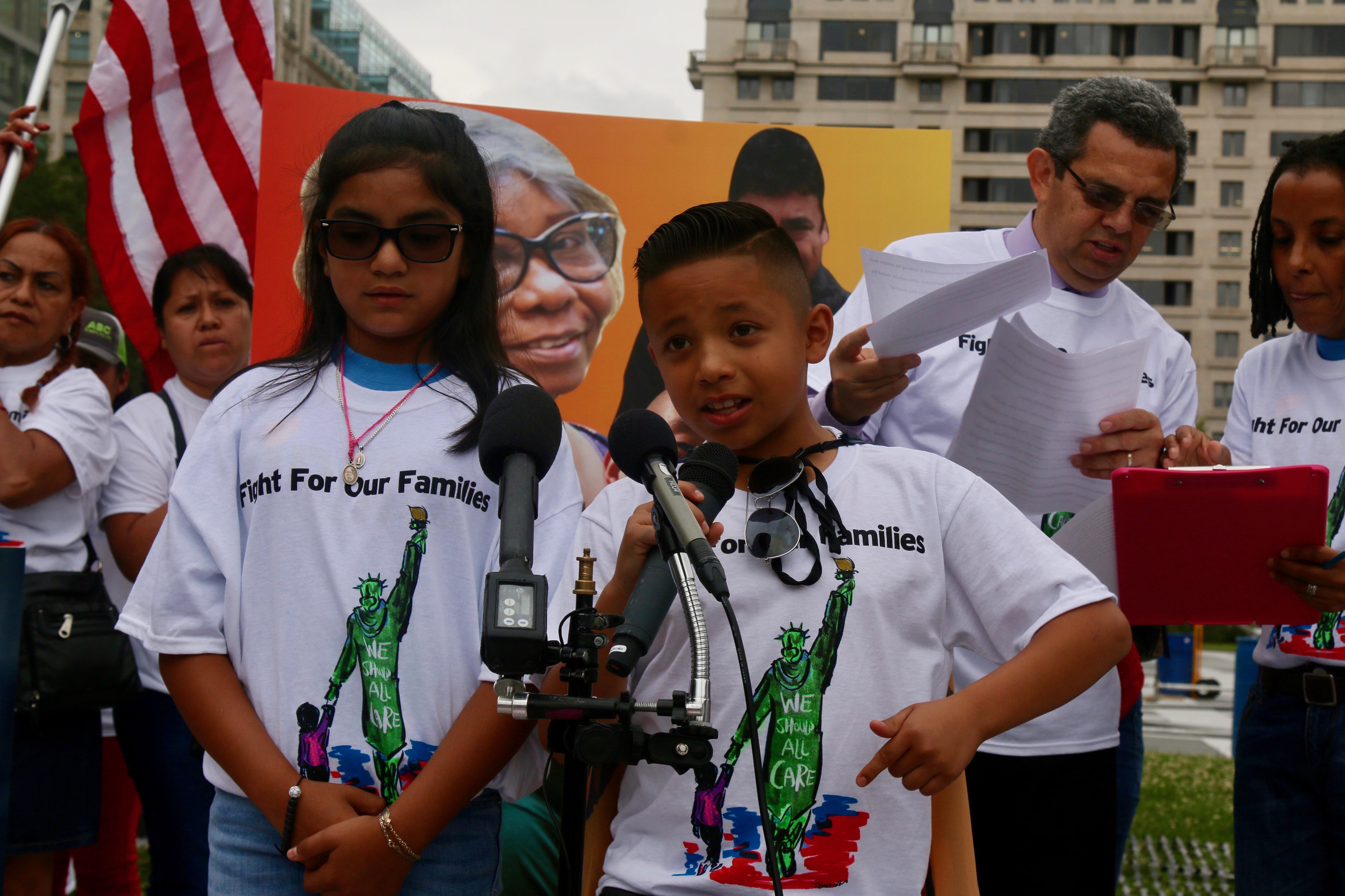 El niño de 10 años, Izayah Savero resume con mucha emoción el drama de los menores separados.