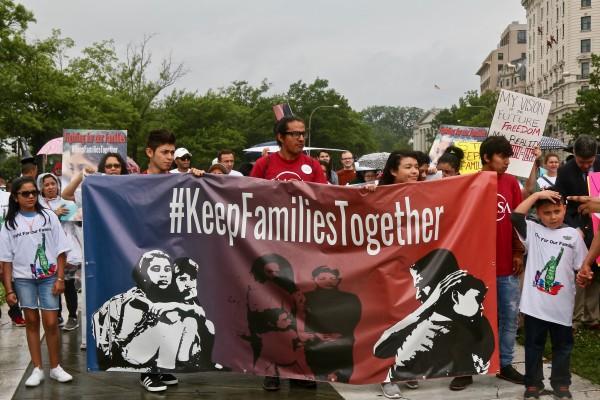 Familias inmigrantes repudian la aprehensión de los niños migrantes detenidos hasta en facilidades militares y separados de sus padres en la frontera.