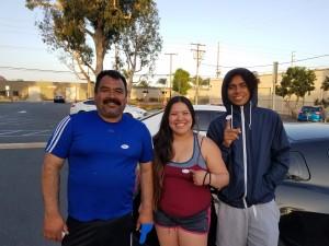 Juan Medina junto a sus hijos Celeste y Juan Jr., después de que éstos votaran por primera vez.