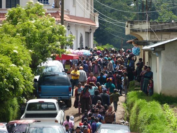 Largas líneas de personas se dirigen al cortejo fúnebre de Claudia Patricia por las calles del pueblo.