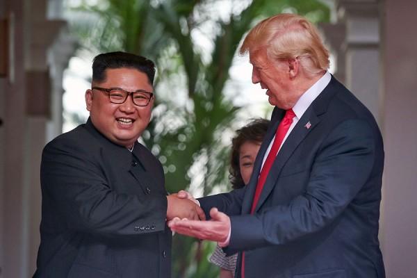 Presidente Trump saluda entusiasta  a Kim Jong Un, presidente de Corea del Norte. Foto: GettyImages.