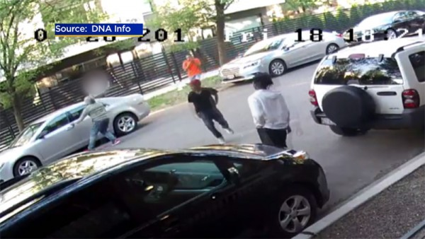 Cinco jóvenes afroestadunidenses captados en un video a la hora de estar robándose unos autos en Chicago, IL. Foto: www.howlbd.com.