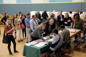 Buscándose en el padrón electoral. Foto: www.herald.com