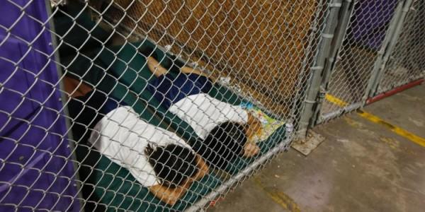 En este tipo de instalaciones viven los niños migrantes que son detenidos y enjaulados en la frontera, y separados de sus padres sin que el gobierno federal se preocupe por consignar los datos de ubicación de los menores para una eventual reunificación con sus seres queridos. Foto: Foto: www.migranjourneywordpress.com.